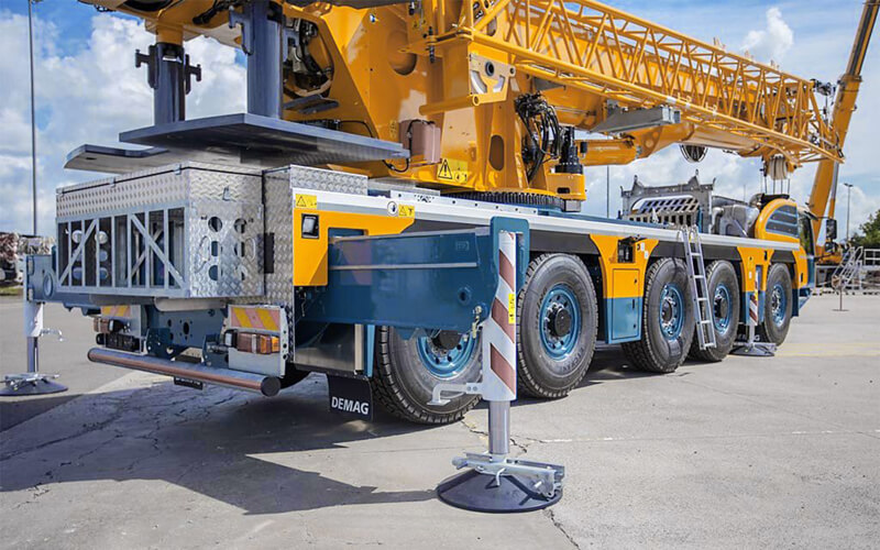 Demag 5 axle asymmetric outriggers