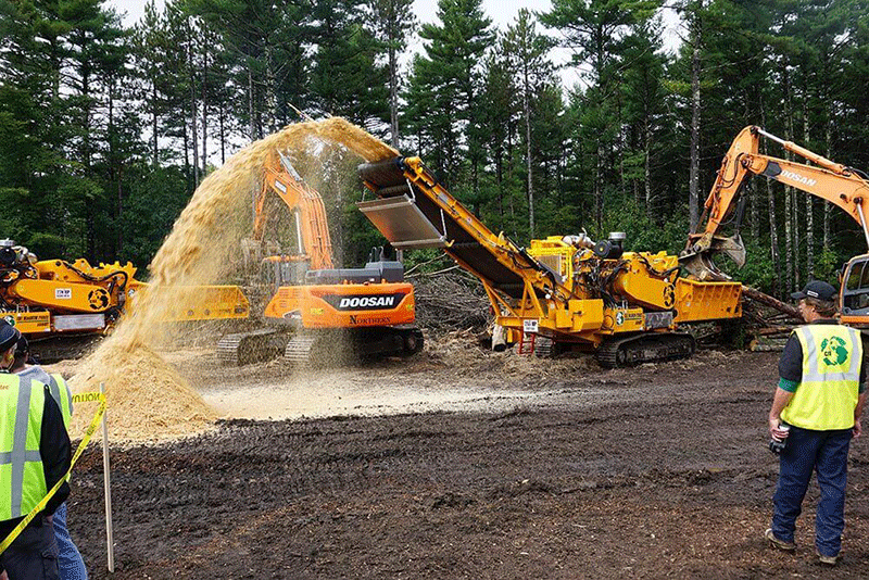 5800bt Horizontal Grinder working with Logs
