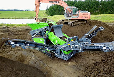 Colt 600 Screener being fed by an Excavator